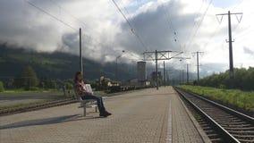 妇女等待延迟在驻地的火车 影视素材