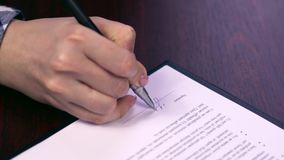 妇女签署的合同 女性雇员签租合同 有利为双方 简单的清楚的协议-假署名 股票视频