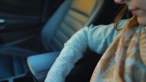 妇女紧固汽车安全游乐器具和准备好离开 股票视频