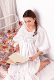 妇女红色书在河床上 图库摄影