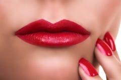 妇女红色唇膏修指甲 库存照片