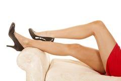妇女红色礼服关闭腿黑脚跟 免版税图库摄影