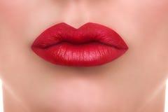 妇女红色嘴唇亲吻 免版税库存图片