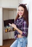 妇女纵向有宝物箱的 图库摄影
