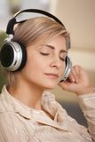 妇女纵向有耳机的 免版税库存图片