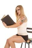 妇女纹身花刺坦克读书 库存图片