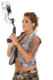 妇女纹身花刺枪角度下来边神色 库存图片