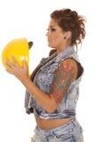 妇女纹身花刺建筑举行帽子 免版税库存图片