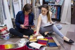 妇女织品手表样品帷幕的,家具室内装饰品在一个新房里 库存图片