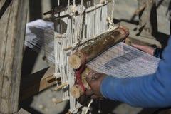 妇女织布工在尼泊尔Manang野马,喜马拉雅山, 2017年12月城市 免版税库存照片