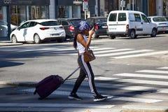 妇女经常和长期使用电子移动设备 免版税库存照片