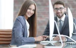 妇女经理与客户沟通 库存照片