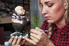 妇女绘一个小肥满矮小的人 库存照片