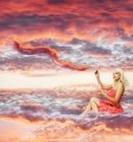 妇女绘日落 免版税图库摄影