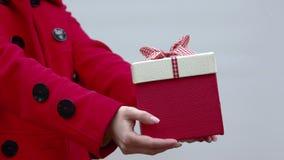 妇女给一件礼物 股票录像