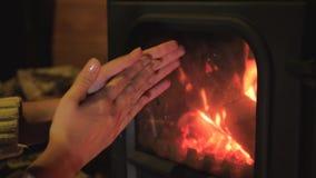 妇女给壁炉结冰的手带来做准备 股票录像