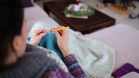 妇女编织围巾 股票视频