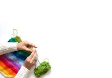 妇女编织勾子色的织品 在视图之上 图库摄影