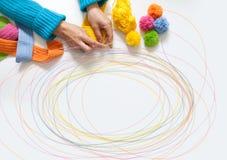 妇女编织勾子色的织品 在视图之上 免版税库存图片