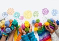妇女编织和钩针编织色的织品 在视图之上 库存照片