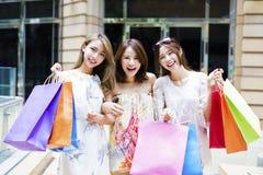 妇女编组在街道上的运载的购物袋 库存照片