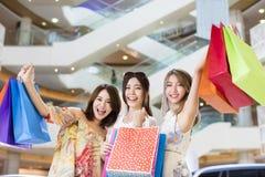 妇女编组在购物中心的运载的购物袋 免版税图库摄影