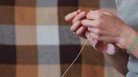妇女编织围巾 影视素材