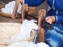 妇女编织的和松捻大麻制成的绳索 库存图片