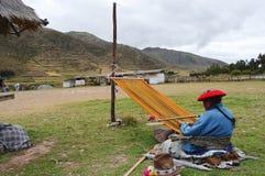妇女编织-秘鲁 免版税库存照片