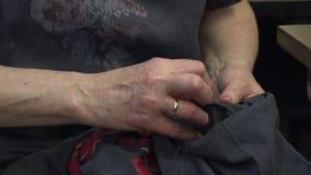 妇女缝合有针的衣裳 股票录像