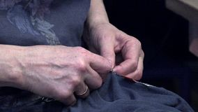 妇女缝合有针的衣裳 影视素材