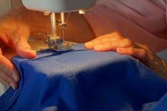 妇女缝合 免版税库存图片