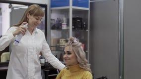 妇女美发师对她的美女客户的浪花发型 股票视频