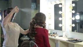 妇女美发师应用在发型的喷发剂于女孩 股票录像