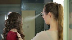 妇女美发师应用在发型的喷发剂在美容院 影视素材