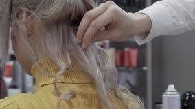 妇女美发师的手做容量卷毛 股票视频