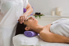 妇女美容师医生在温泉健康中心做顶头按摩 库存图片