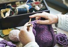 妇女老婆婆钩针编织手工制造概念 免版税库存图片