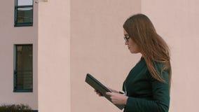 妇女老师藏品在手上归档和走在大学工作 股票视频
