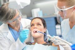 妇女耐心牙齿检查牙医队 图库摄影