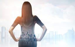 妇女背面图在一个有雾的城市 库存图片