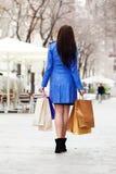 妇女背面图外套的有购买的 免版税图库摄影