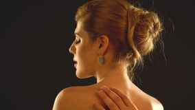 妇女脖子和人递帮助女孩对穿戴jewelery 股票视频