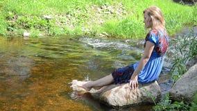 妇女脚浪花水 影视素材