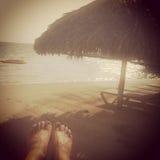 妇女脚的Instagram图象放松在热带海滩的 免版税库存图片