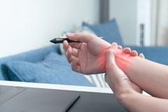 妇女腕子胳膊痛苦长的用途笔老鼠工作 办公室综合症状医疗保健和医学概念 图库摄影