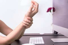 妇女腕子胳膊痛苦长的用途老鼠在办公室 办公室综合症状医疗保健和医学概念 库存图片