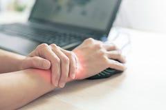 妇女腕子胳膊痛苦长的用途老鼠工作 办公室综合症状医疗保健和医学概念 免版税库存图片