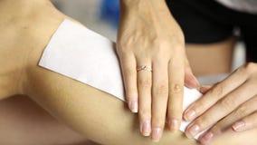 妇女腿和头发撤除与热的蜡痛苦的做法 做去壳的美容院的妇女 蜡去壳 影视素材