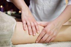 妇女腿的侧视图接受按摩的 库存照片